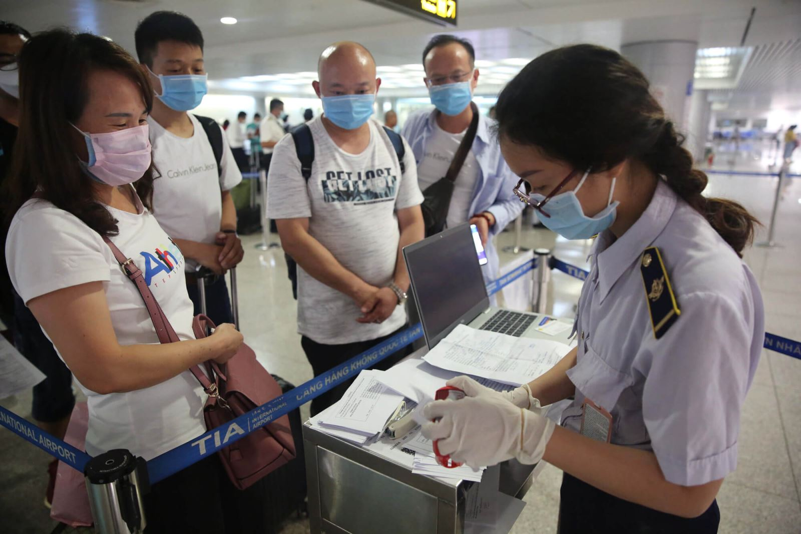 Du khách làm thủ tục tại sân bay Tân Sơn Nhất